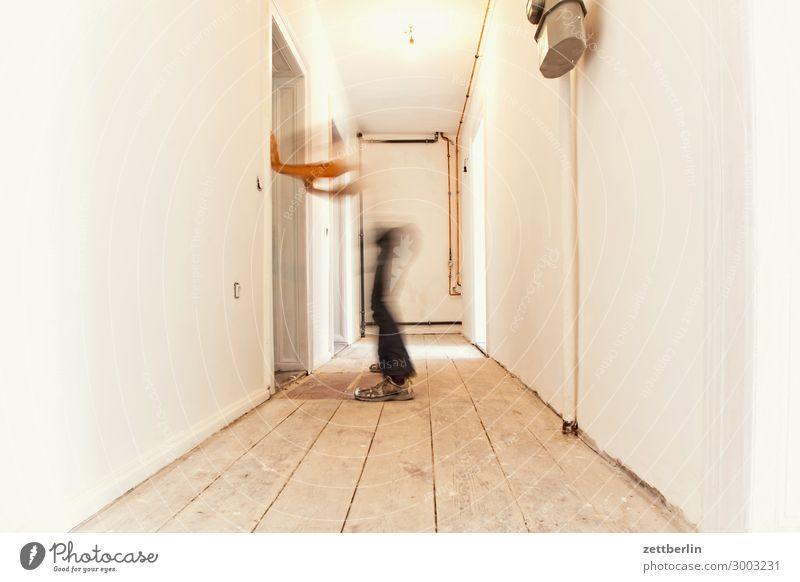 Flurfunk Altbau Altbauwohnung Bewegungsunschärfe Holzfußboden Bodenbelag Mann Mauer Mensch Raum Innenarchitektur Textfreiraum Theaterschauspiel