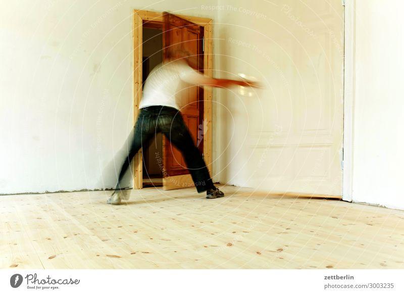 Zwei Türen aufmachen Altbau Besen Bewegungsunschärfe Flur Holzfußboden Bodenbelag Mann Mauer Mensch Stadthaus Raum Innenarchitektur Renovieren Modernisierung