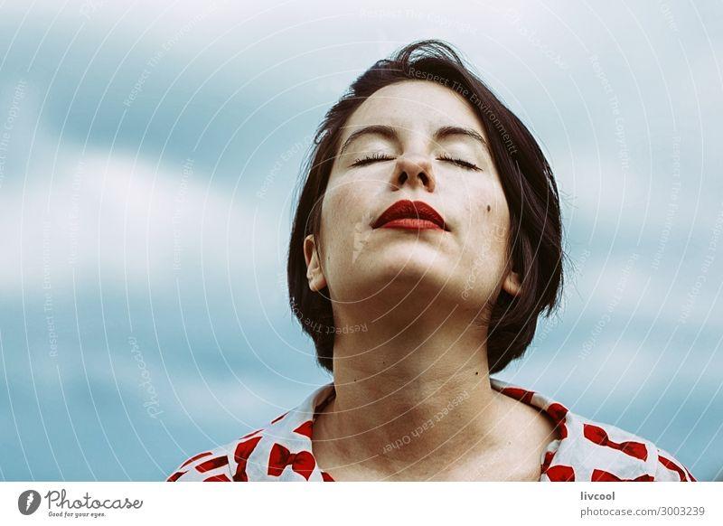 Frau träumt vom Wachsein, Spanien - Europa Lifestyle Stil schön Sommer Garten Mensch Erwachsene Kopf Gesicht Auge Ohr Nase Mund Lippen 1 18-30 Jahre Jugendliche