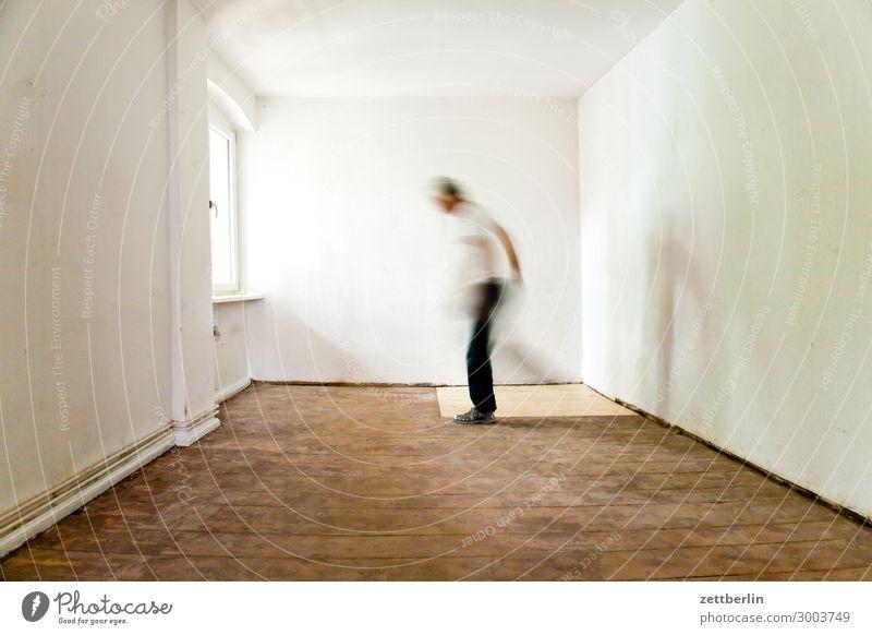 Standbein, Spielbein Altbau Altbauwohnung Bewegungsunschärfe Flur Holzfußboden Bodenbelag Gentrifizierung Mann Mauer Mensch Stadthaus Raum Innenarchitektur