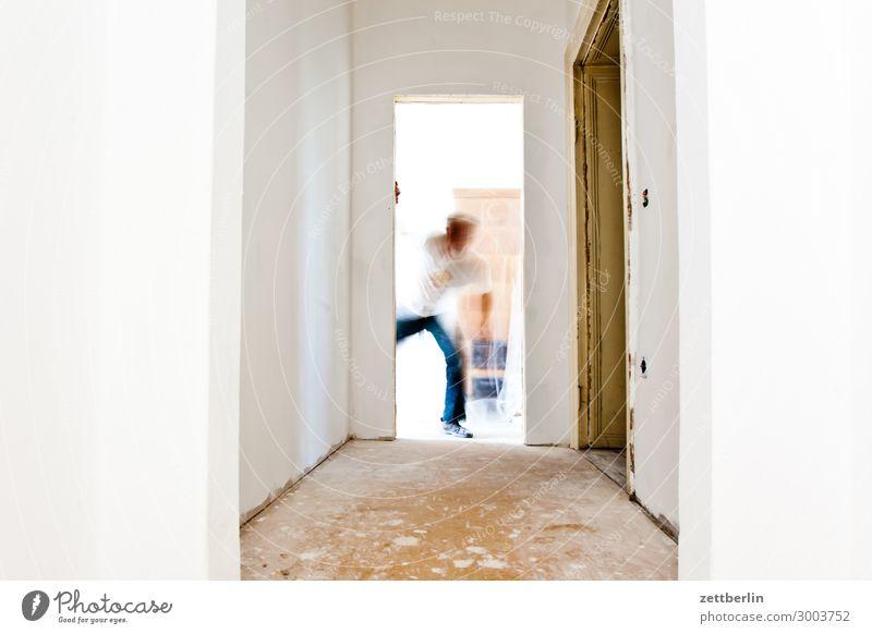 Überraschung Altbau Altbauwohnung Baustelle Bewegungsunschärfe Flur Holzfußboden Bodenbelag Handwerk Handwerker Mann Mensch Raum Innenarchitektur Renovieren