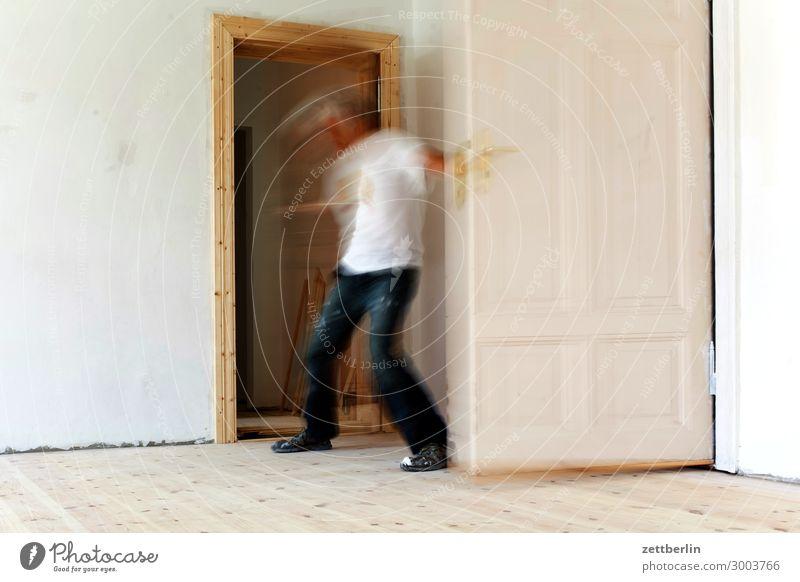 Zwischen zwei Türen Altbau Altbauwohnung Bewegungsunschärfe Flur Holzfußboden Bodenbelag Mann Mauer Mensch Raum Innenarchitektur Textfreiraum Theaterschauspiel