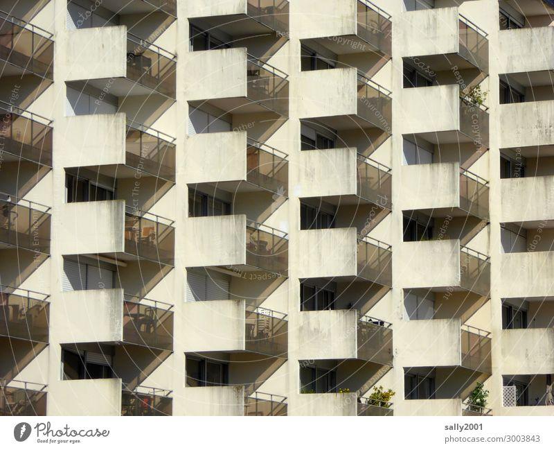 Balkonien... Haus Hochhaus Gebäude Plattenbau Betonbauweise beobachten Erholung bedrohlich hässlich hoch kalt unten Ordnungsliebe Langeweile Einsamkeit