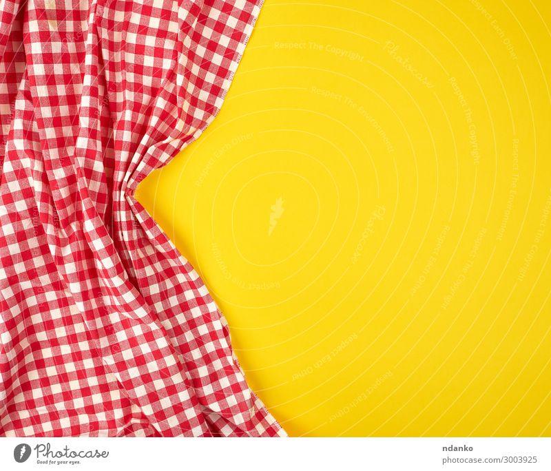 weiß-rotes kariertes Küchentuch auf gelbem Hintergrund Design Dekoration & Verzierung Tisch Stoff oben Sauberkeit Farbe Tradition Quadrat Baumwolle Deckung leer