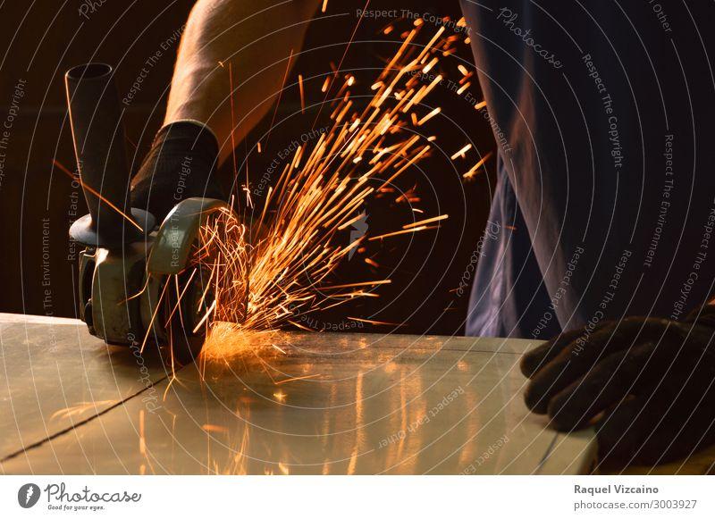 Nahaufnahme einer Radialsäge, die Funken ablöst. Arbeit & Erwerbstätigkeit Industrie Werkzeug Säge Arme 1 Mensch Handschuhe festhalten glänzend machen eckig
