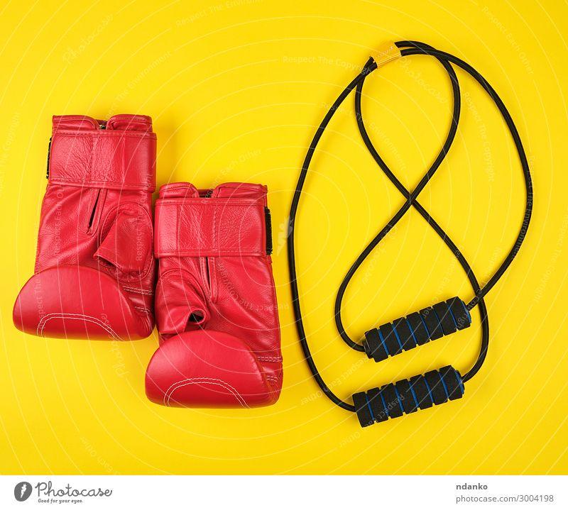 Paar rote Boxhandschuhe aus Leder Lifestyle sportlich Fitness Sport Seil Frau Erwachsene Accessoire Handschuhe gelb schwarz Schutz Konkurrenz Zahnfleisch
