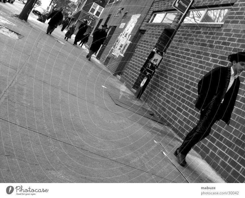 Januar in Brooklyn New York City Telefon Bürgersteig Menschengruppe Jew Phone Straße Schwarzweißfoto USA