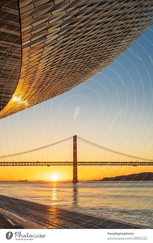 Die Brücke Ponte 25 de Abril, Lissabon, bei Sonnenaufgang Ferien & Urlaub & Reisen Tourismus Ausflug Sightseeing Städtereise Sommer Sommerurlaub Fluss Portugal