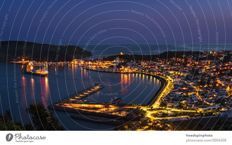 Die beleuchtete Hafenstadt Horta, Faial, Azoren in der Nacht Ferien & Urlaub & Reisen Tourismus Ausflug Abenteuer Kreuzfahrt Küste Bucht Portugal Fischerdorf