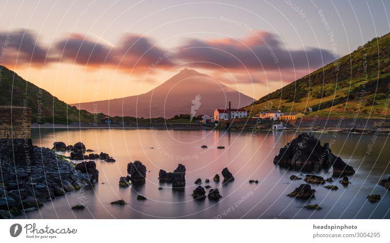 Vulkaninsel Pico mit Reflektionen, Azoren, bei Sonnenaufgang Landschaft Urelemente Wasser Wolken Berge u. Gebirge Gipfel Meer Insel Horta Portugal Dorf