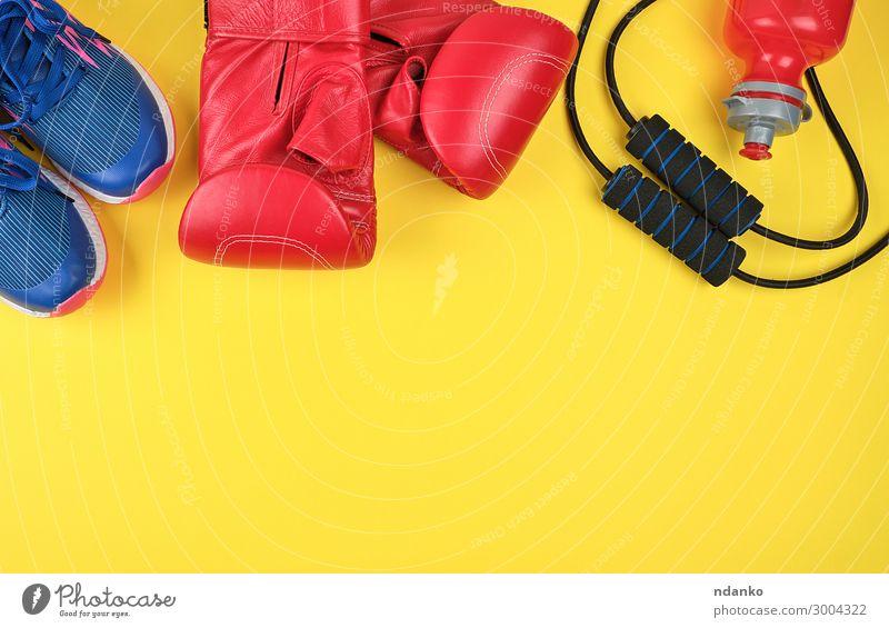 Paar rote Boxhandschuhe und blaue Turnschuhe Flasche Lifestyle sportlich Fitness Sport Sport-Training Mode Bekleidung Leder Handschuhe Schuhe springen neu gelb