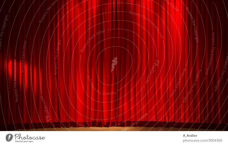 roter Theatervorhang im Scheinwerferlicht schwarz sprechen braun Stimmung Pause Show Falte Veranstaltung Theaterschauspiel hängen Konzert Vorfreude Kino Vorhang