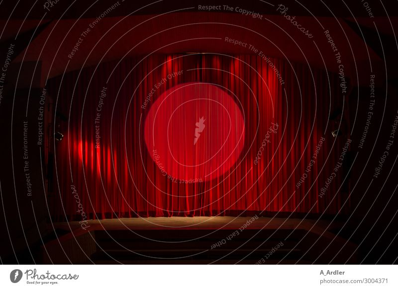 Roter Bühnenvorhang mit Scheinwerferlicht rot Freude schwarz Architektur Kunst Stimmung Kultur Show Falte Veranstaltung Theater Konzert Vorfreude Kino Vorhang