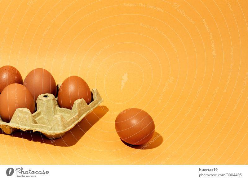 Frische rohe Eier auf braunem Hintergrund Lebensmittel Frühstück Dekoration & Verzierung Menschengruppe Tier frisch lecker natürlich Originalität gelb Farbe