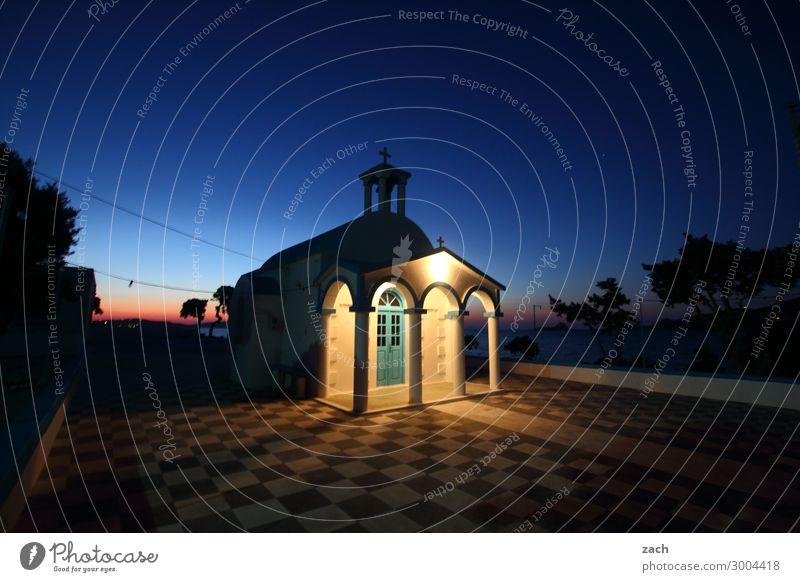 Erleuchtung Wolkenloser Himmel Sonnenaufgang Sonnenuntergang Sommer Baum Meer Mittelmeer Ägäis Insel Kykladen Milos Griechenland Fischerdorf Menschenleer Kirche