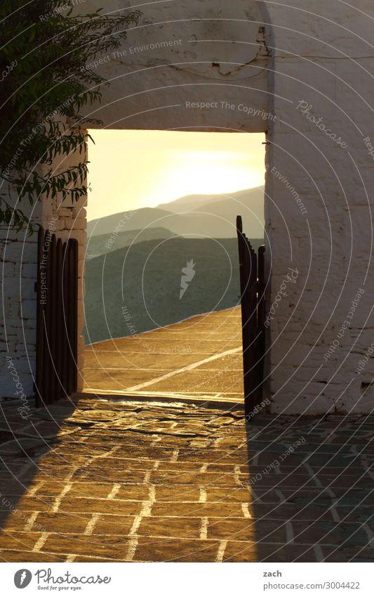 ins Licht Sonnenaufgang Sonnenuntergang Baum Hügel Meer Mittelmeer Ägäis Insel Folegandros Kykladen Griechenland Dorf Altstadt Kirche Tor Mauer Wand Fassade