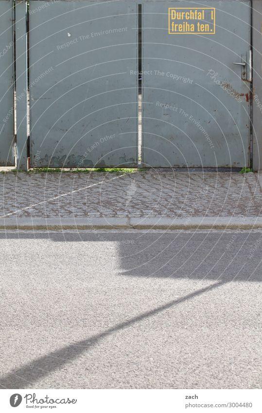 Durchfal l freiha ten Stadt Menschenleer Tor Gebäude Durchgang Parkplatz Mauer Wand Tür Straße Zeichen Schilder & Markierungen Hinweisschild Warnschild grau