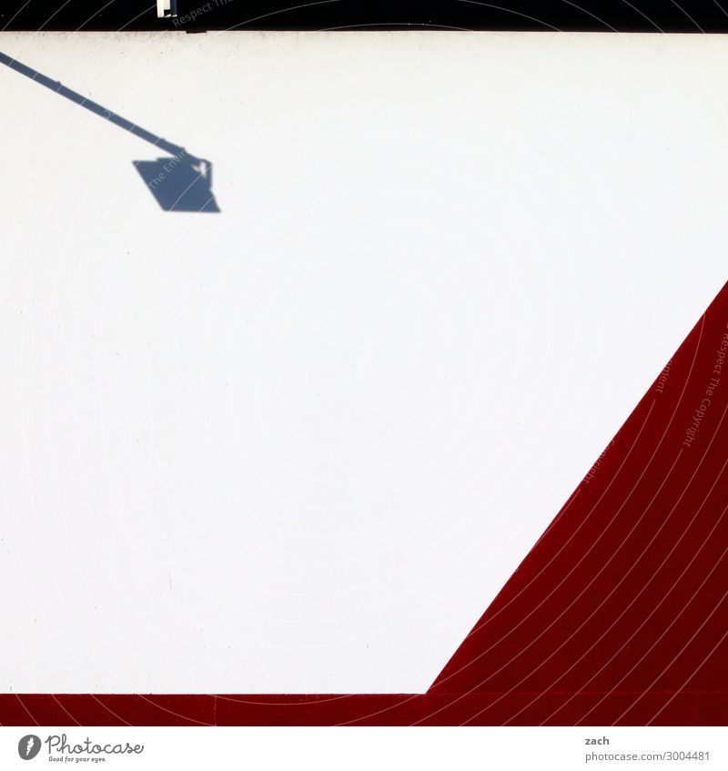 Weiß mit Lampe Stadt Stadtzentrum Menschenleer Haus Industrieanlage Mauer Wand Fassade Laterne rot weiß Farbfoto Außenaufnahme Muster Textfreiraum unten