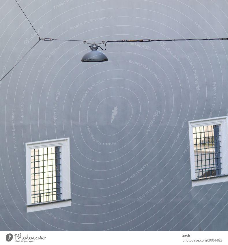 Windows Stadt Stadtzentrum Menschenleer Haus Gebäude Mauer Wand Fenster Laterne Häusliches Leben grau Lampe Gedeckte Farben Außenaufnahme Muster