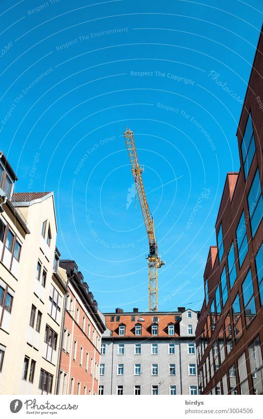Wohnungsbau blau Stadt rot Haus gelb Business Fassade grau Arbeit & Erwerbstätigkeit Häusliches Leben authentisch Baustelle Bauwerk Wolkenloser Himmel