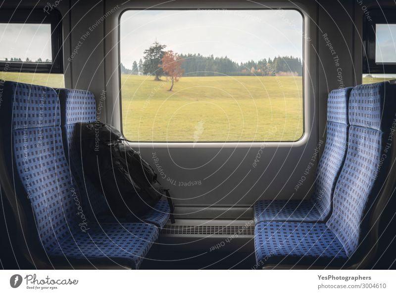 Zuginnenraum mit Stühlen und Rucksack am Fenster Ferien & Urlaub & Reisen Tourismus Ausflug Stuhl Industrie Business Herbst Verkehr Verkehrsmittel