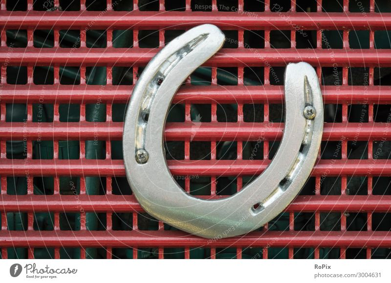 Horeshoe auf einem alten Traktor. Lifestyle Stil Design Freizeit & Hobby Basteln Modellbau Bildung Erwachsenenbildung Arbeit & Erwerbstätigkeit Arbeitsplatz