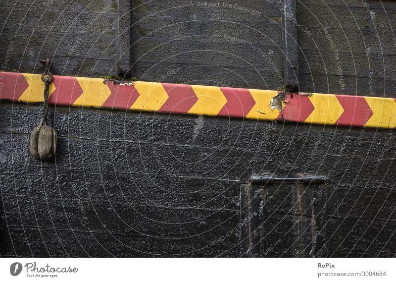 Detail eines alten Windjammers. Schiffsrumpf Segelschiff Segler Farbe Holz Planken Sand Moos Struktur Tiefgang Seefahrt ship Technik Barkasse Hafen Harbour Bug