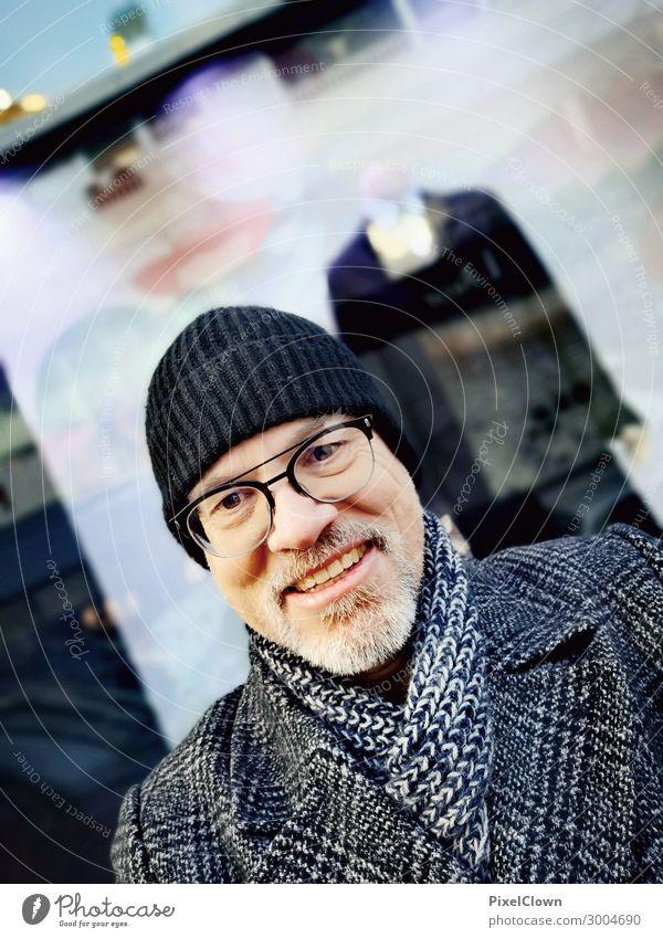 Cold shopping kaufen elegant Stil Mensch maskulin Körper 1 45-60 Jahre Erwachsene Stadt Fenster Mantel Mütze lachen authentisch Freundlichkeit Glück blau