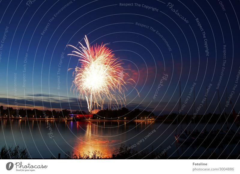 Feuerwerk Umwelt Natur Urelemente Wasser Sommer Küste Seeufer dunkel hell maritim nass natürlich Wasserfahrzeug Segelboot Himmel Wolkenschleier Farbfoto