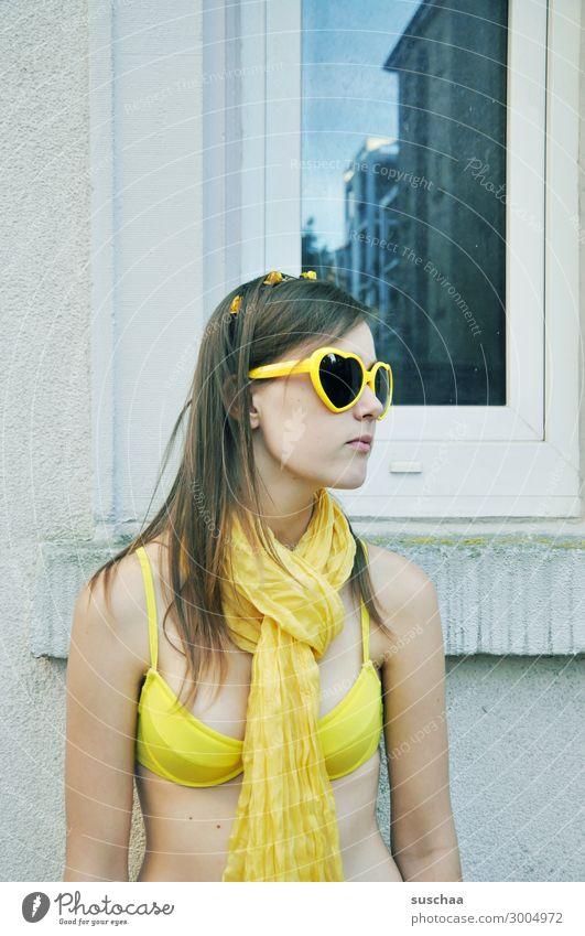 sommer in der stadt (2) Mädchen Kind Jugendliche Junge Frau Teenager verrückt nicht normal Bikini Sonnenbrille Schal gelb Sommer Ferien & Urlaub & Reisen