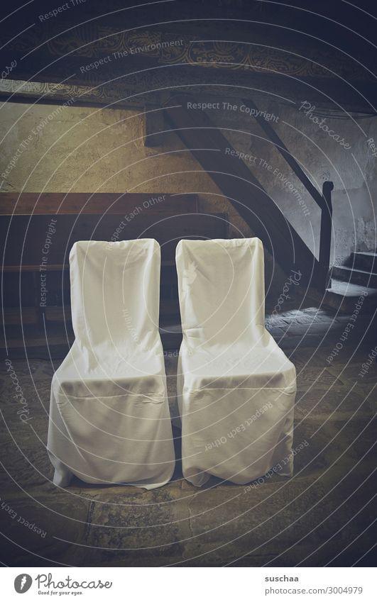 bis auf weiteres geschlossen .. Hochzeit Ehe Kirche Kapelle leer Stuhl Stühle leere Stühel Eheschließung Zeremonie Trauung kirchliche Trauung Innenaufnahme