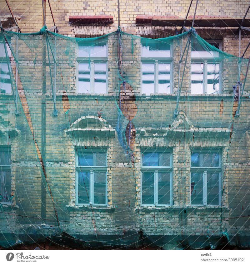 Abgehängt Renovieren Halle (Saale) Sachsen-Anhalt Deutschland Stadt Stadtzentrum Altstadt Haus Mauer Wand Fassade Fenster Schutz Sicherheit Verfall