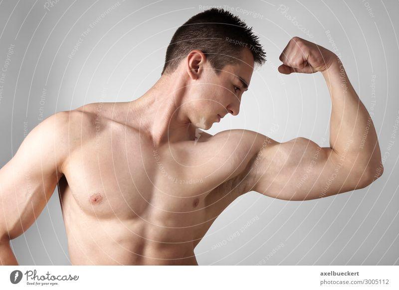 Bodybuilder zeigt Bizeps Muskeln Mensch Jugendliche Mann nackt Junger Mann Gesundheit 18-30 Jahre Lifestyle Erwachsene Freizeit & Hobby maskulin Körper Kraft