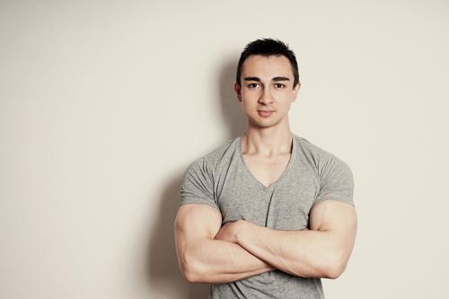 selbstbewusster muskulöser junger Mann Lifestyle Zufriedenheit Sportler Mensch maskulin Junger Mann Jugendliche Erwachsene 1 18-30 Jahre Mauer Wand T-Shirt