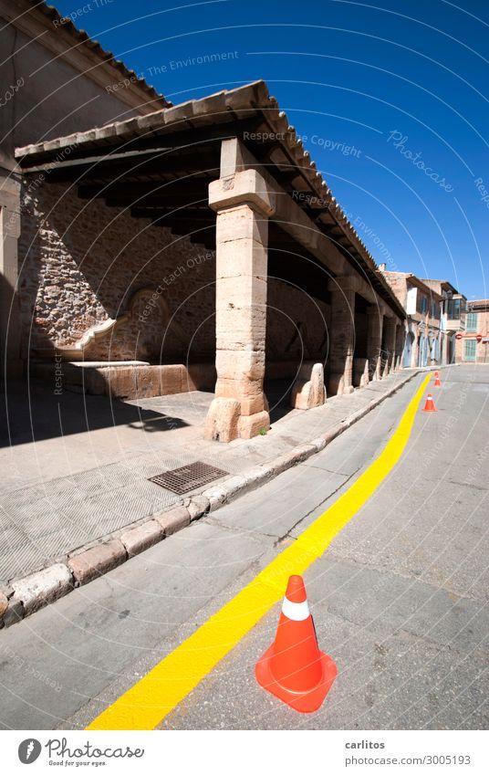Immer an der Wand lang .. Spanien Balearen Mallorca Santanyi Parkverbot gelb Linie Stadtzentrum Altstadt Markt Tourismus Ferien & Urlaub & Reisen