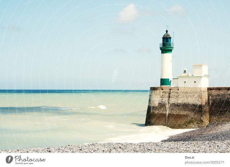 le phare Himmel Wellen Küste Strand Meer Leuchtturm blau grün weiß Ferien & Urlaub & Reisen Normandie Frankreich Hafeneinfahrt Kaimauer Kieselstrand maritim