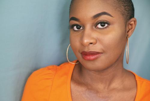 Arabella feminin Frau Erwachsene 1 Mensch T-Shirt Ohrringe schwarzhaarig kurzhaarig beobachten Blick warten positiv schön Wärme selbstbewußt Wachsamkeit
