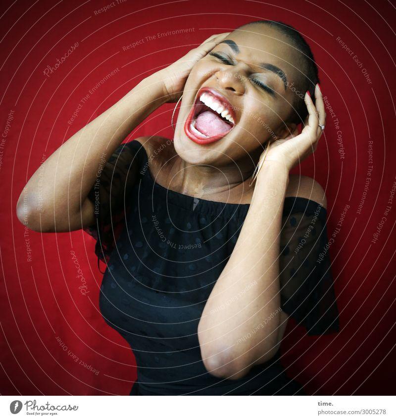 Arabella feminin Frau Erwachsene 1 Mensch Kleid Stoff schwarzhaarig kurzhaarig Bewegung festhalten lachen schreien außergewöhnlich frei Fröhlichkeit schön
