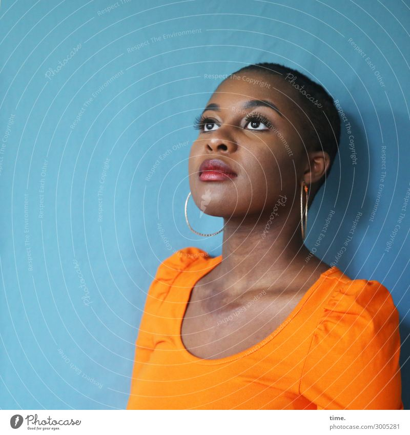 Arabella Vorhang feminin Frau Erwachsene 1 Mensch Hemd Stoff Ohrringe schwarzhaarig kurzhaarig beobachten Denken Blick träumen warten schön selbstbewußt