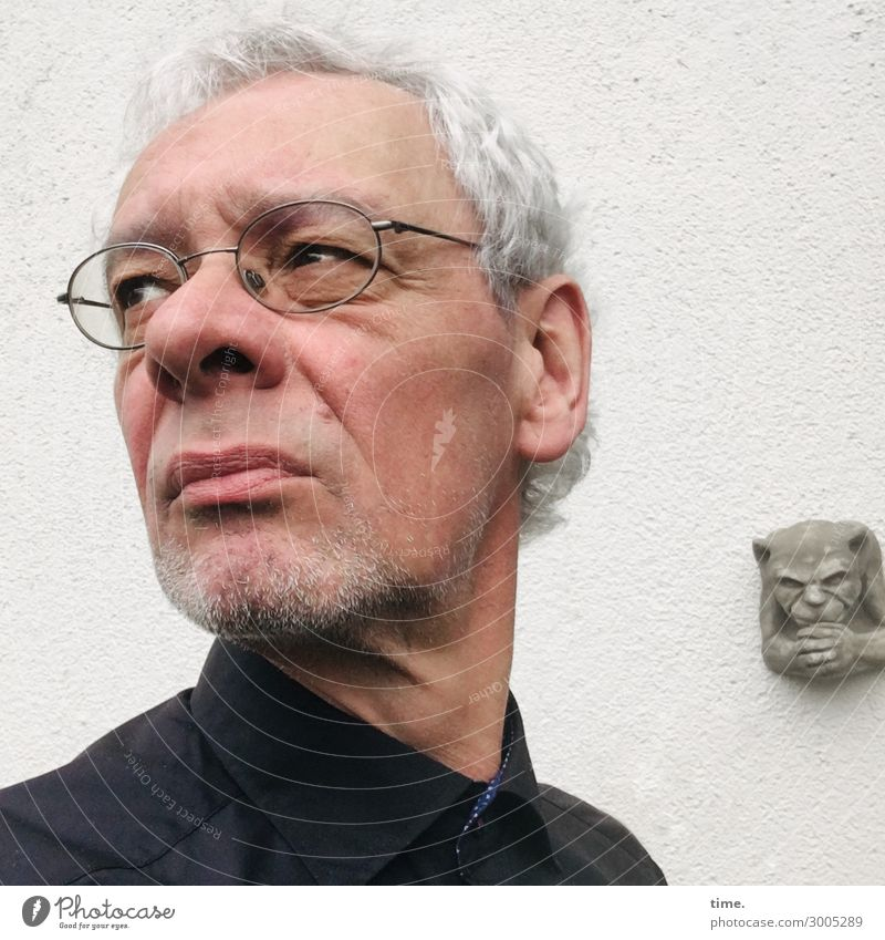 und manchmal muss man zu einer Beerdigung ... maskulin Mann Erwachsene 1 Mensch Kunst Skulptur Mauer Wand Hemd Brille grauhaarig kurzhaarig
