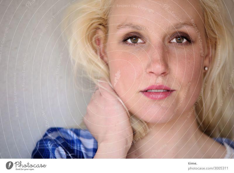 Lisa feminin Frau Erwachsene 1 Mensch Mauer Wand Hemd blond langhaarig Locken beobachten Denken festhalten Lächeln Blick warten schön Zufriedenheit selbstbewußt