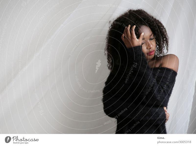 Arabella feminin Frau Erwachsene 1 Mensch Pullover Stoff schwarzhaarig langhaarig Locken Gardine Vorhang berühren Denken festhalten stehen träumen schön