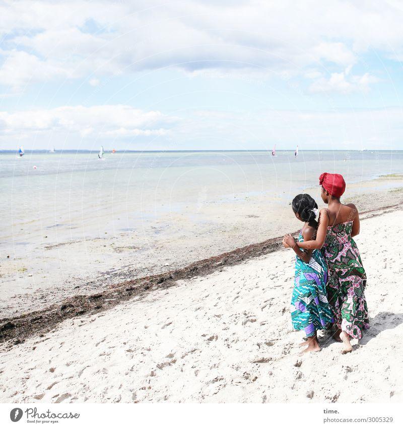 Gloria und Arabella feminin Mädchen Frau Erwachsene 2 Mensch Sand Himmel Wolken Horizont Schönes Wetter Strand Ostsee Kleid Kopftuch beobachten festhalten Blick