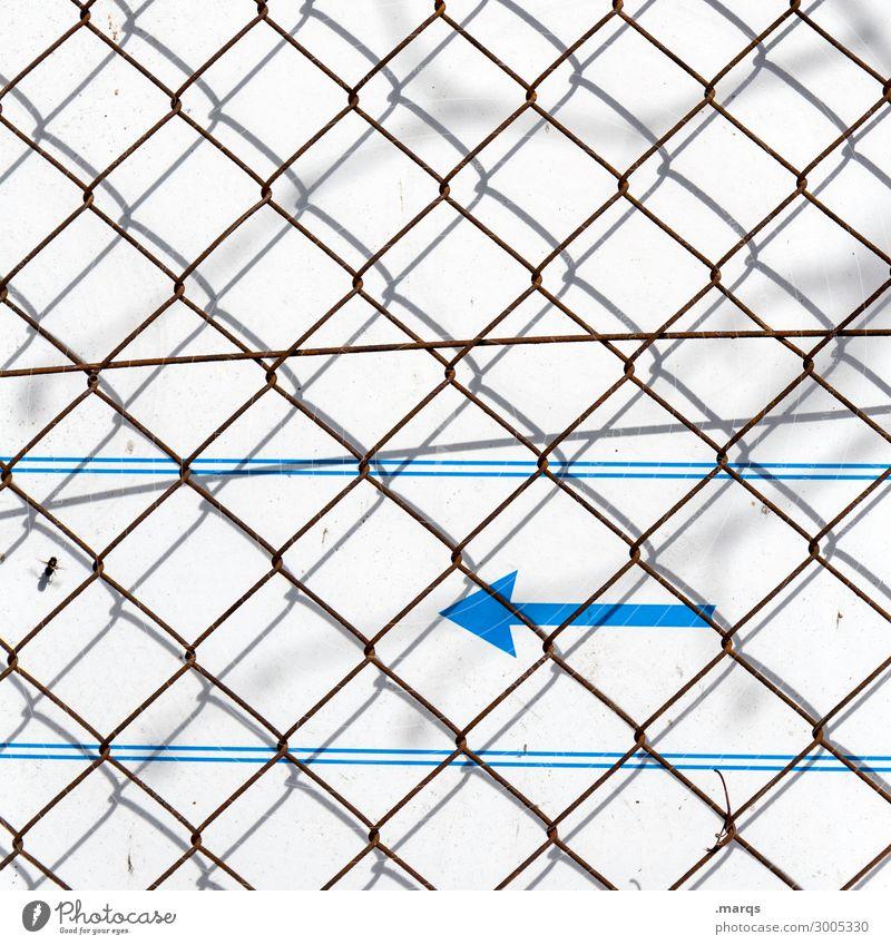 Hinten links blau weiß Wand Mauer grau Linie Kommunizieren Richtung Zaun Pfeil