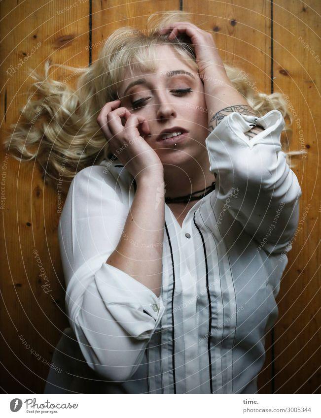 Lilly Bodenbelag Holzfußboden feminin Frau Erwachsene 1 Mensch Hemd blond langhaarig Locken Erholung festhalten liegen träumen außergewöhnlich schön