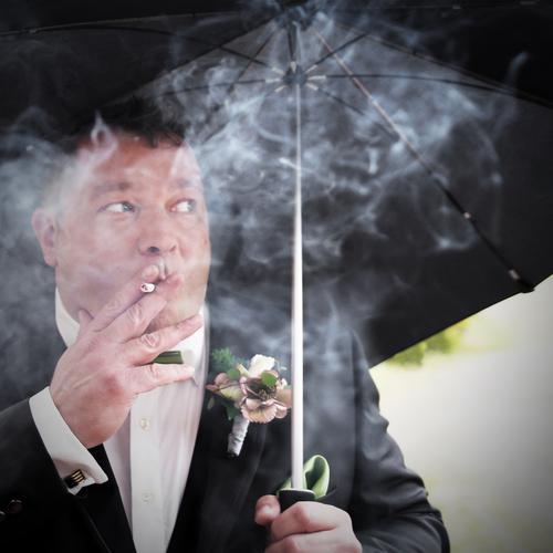 10 minutes left to say YES maskulin Mann Erwachsene Mensch Blume Anzug Schmuck Regenschirm brünett kurzhaarig beobachten Rauchen Blick Leidenschaft Sicherheit