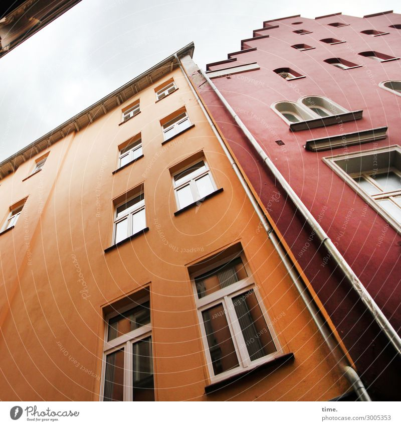 abstützende Altbauten Himmel Stadtzentrum Haus Hochhaus Mauer Wand Fassade Fenster Dach Dachrinne Fenstersims Fallrohr Farbe Stein hoch Originalität mehrfarbig