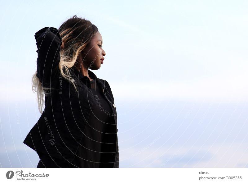 Arabella feminin Frau Erwachsene 1 Mensch Himmel Schönes Wetter Jacke Haare & Frisuren brünett blond langhaarig beobachten Erholung festhalten Blick stehen