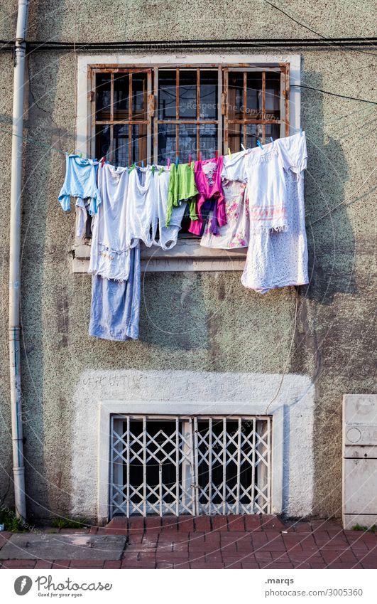 Verwaschen Häusliches Leben Fassade Fenster Bekleidung Wäscheleine Altbau hängen alt Verfall gewaschen Farbfoto Außenaufnahme Menschenleer Textfreiraum oben