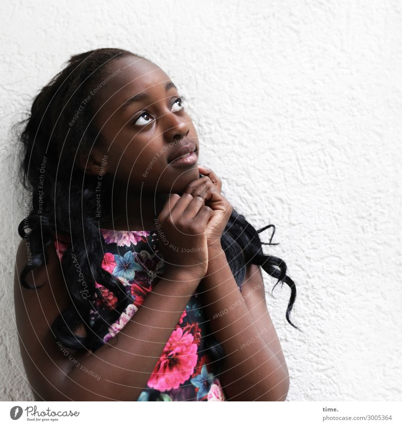 Gloria Mensch schön Mädchen Religion & Glaube feminin beobachten festhalten Kleid Leidenschaft Inspiration langhaarig schwarzhaarig Locken dankbar